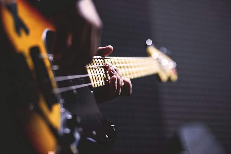 نواختن گیتار الکتریک