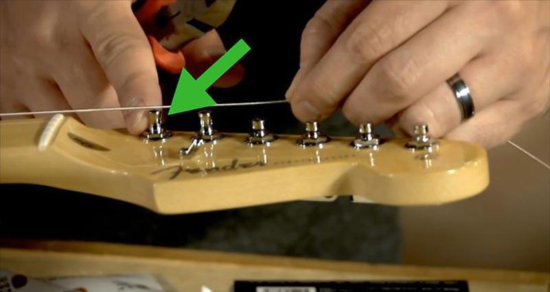 تعویض سیم گیتار الکتریک